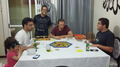 Jogo de tabuleiro na casa do Milton, com Thiago e Danilo.