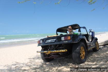 Buggy numa praia deserta com uma sombra à beira-mar